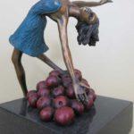 Tomber dans les pommes II (fille) bronze 8x8x8